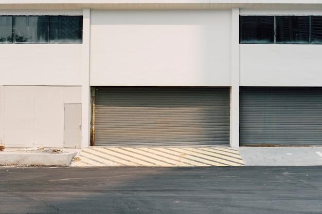 Prédio e porta da garagem