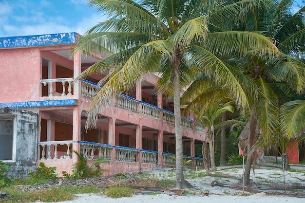 Prédio em ruínas na costa mexicana de yucatan após ser exposto a um furacão.