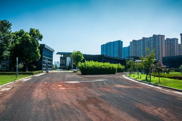 Prédio moderno com tráfego em motion blur