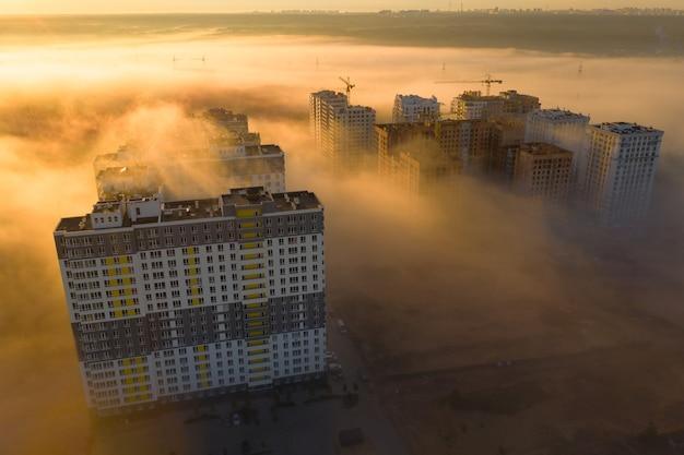 Prédios altos em meio à névoa da manhã