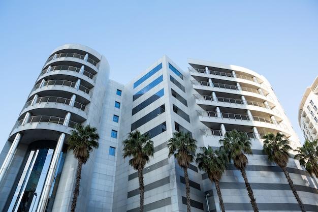 Prédios comerciais com arquitetura moderna