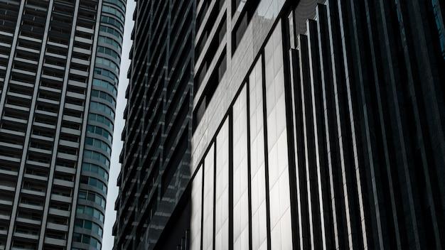 Prédios comerciais pós-modernos com fachada de vidro