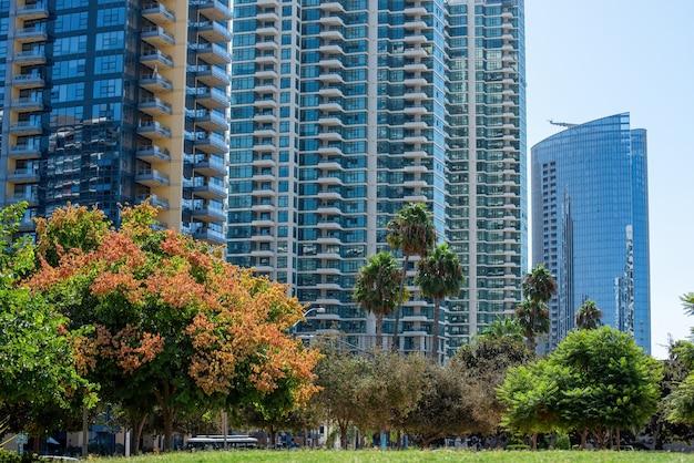 Prédios de apartamentos altos com design moderno