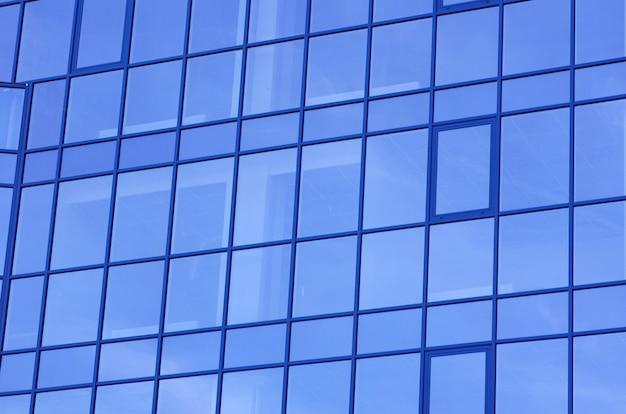Prédios de apartamentos modernos de vidro com arranha-céus