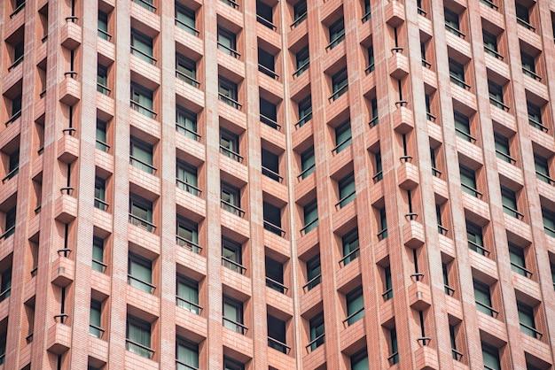 Prédios de apartamentos modernos em um dia ensolarado com céu azul. fachada de um prédio moderno