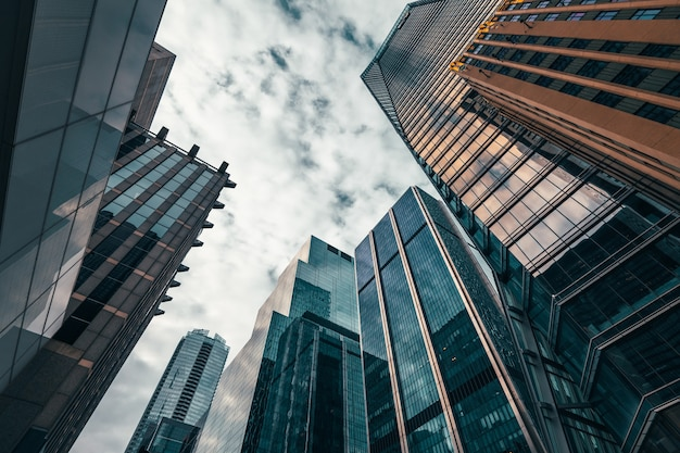 Prédios de escritórios altos até o céu no distrito financeiro