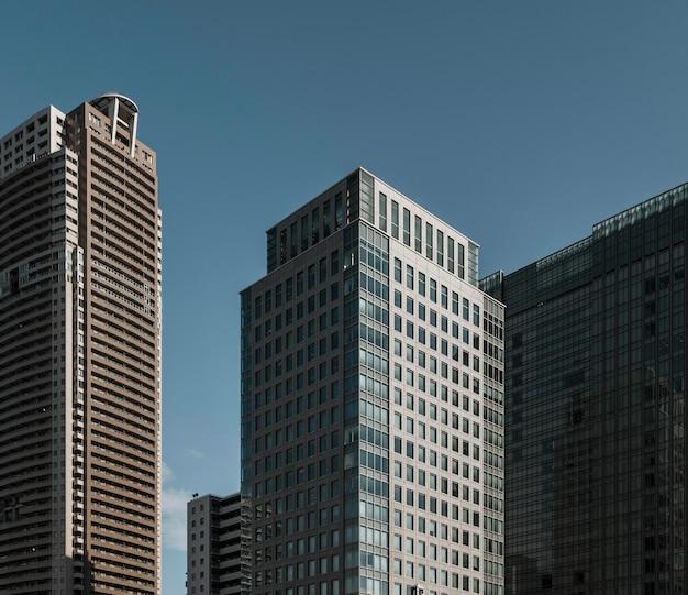 Prédios de escritórios comerciais com fachada de vidro