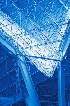 Prédios de escritórios de vidro em ampla vista de ângulo.