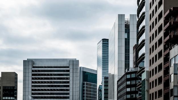 Prédios de escritórios modernos em arranha-céus