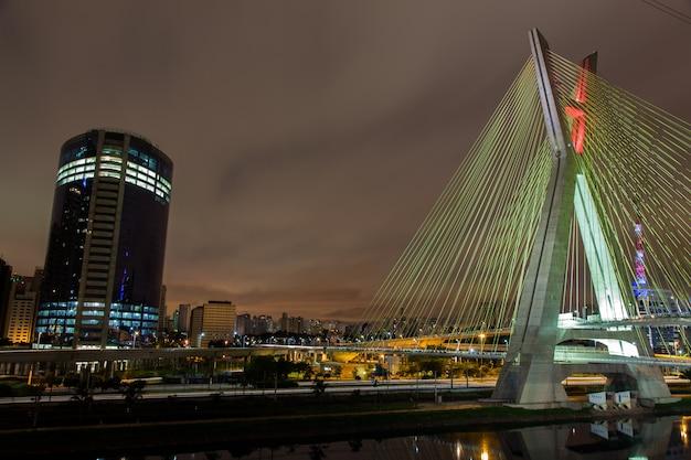 Prédios e ponte estaiada em são paulo - brasil - à noite