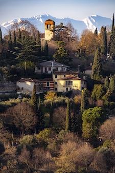 Prédios históricos em verona, itália ao pôr do sol