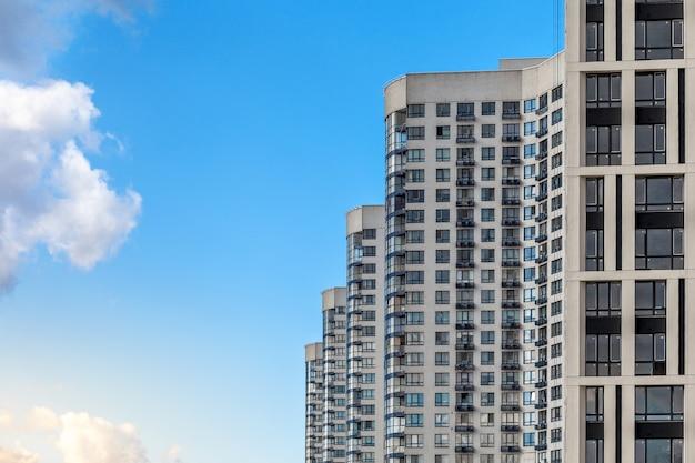 Prédios modernos em perspectiva oposta a um céu azul claro.