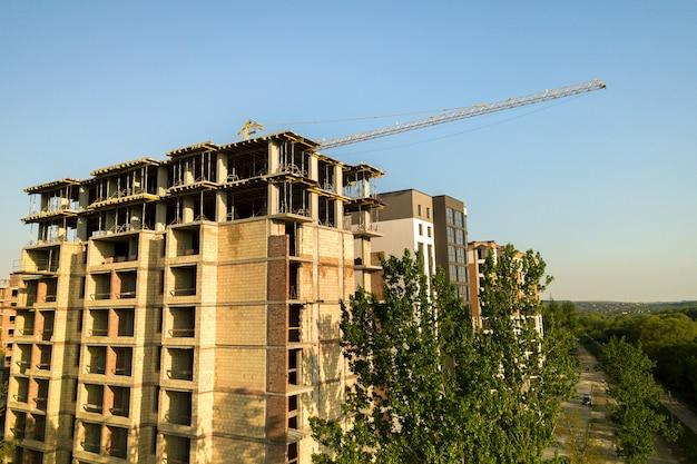 Prédios residenciais de vários andares em construção.