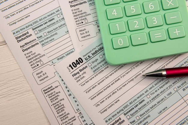 Preenchendo declaração de imposto de renda de pessoa física dos eua 2021 ano, conceito
