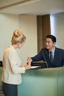 Preenchendo documento na recepção