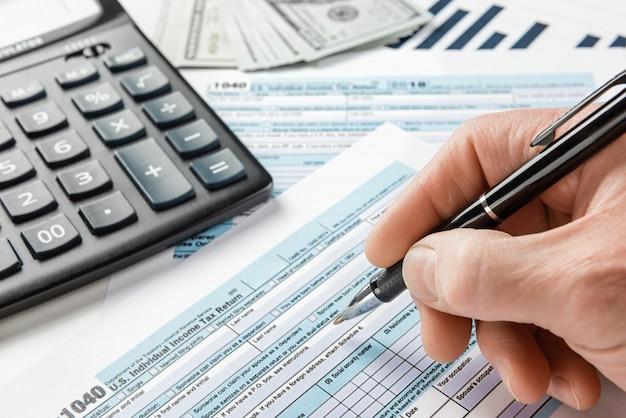 Preenchendo uma declaração de imposto de renda