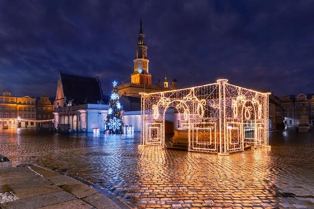 Prefeitura de poznan e fonte decorada na praça do mercado velho na cidade velha na noite de natal, poznan