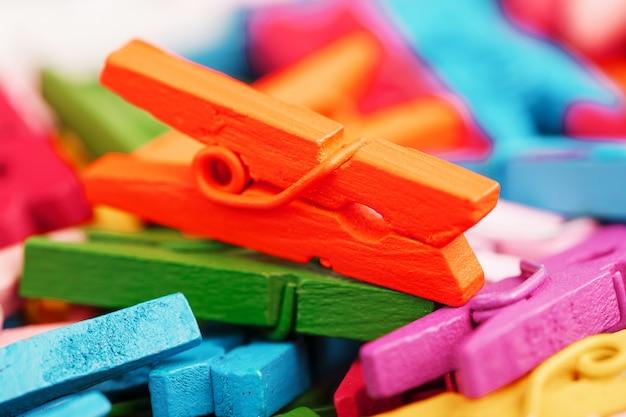 Pregadores de roupa pequenos de cores diferentes close-up como uma textura e fundo em tela cheia.