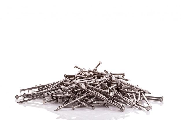 Prego de metal prateado novo para construção isolado no branco