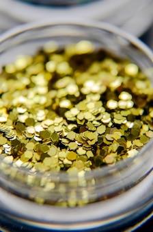 Prego de ouro reluz perto.