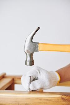 Prego martelando carpinteiro