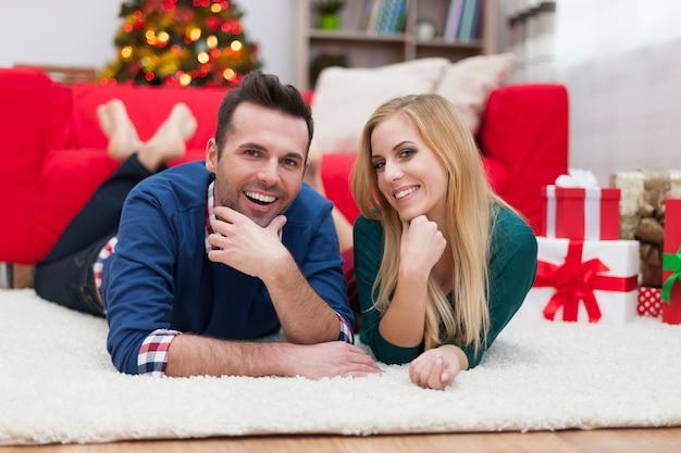 Preguiça de natal de casal feliz