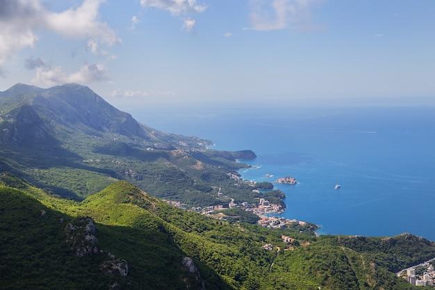 Prekars vista do topo da estrada da montanha. vista da costa e da cidade de budva riviera. montenegro, bálcãs, mar adriático, europa.
