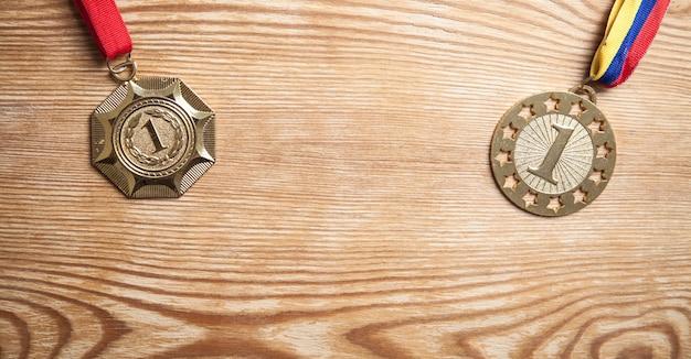Prêmio de medalhas para o vencedor em fundo de madeira.