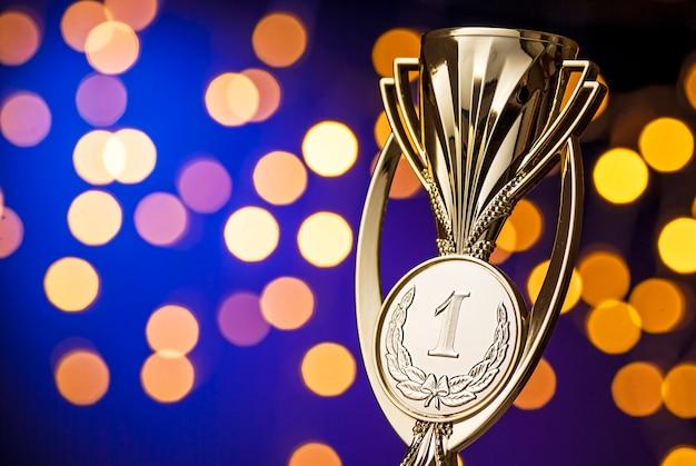 Prêmio dos vencedores do campeonato com um troféu de ouro