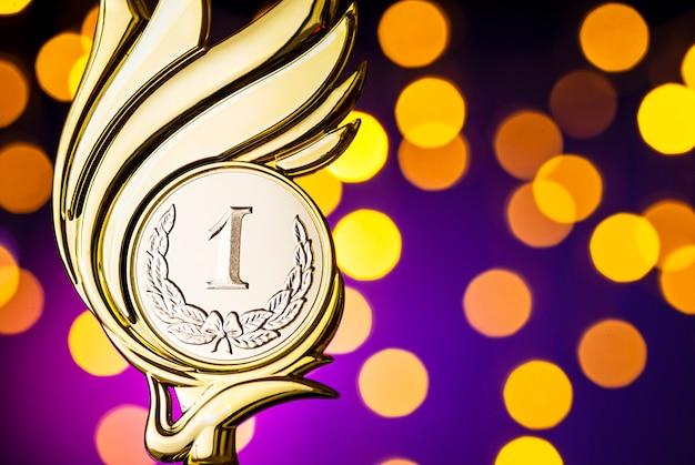 Prêmio troféu de ouro com medalhão flamejante