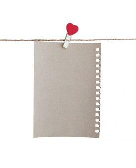 Prendedor de madeira com design de forma de coração e folha de papel marrom