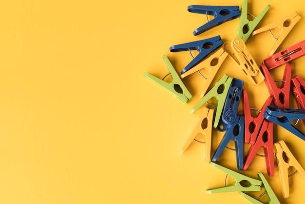 Prendedor de roupa vista superior com fundo amarelo