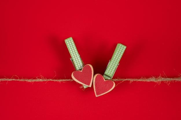 Prendedores de roupa com corações em uma corda