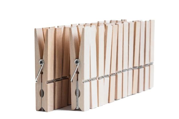 Prendedores de roupa de madeira isolados em um branco.