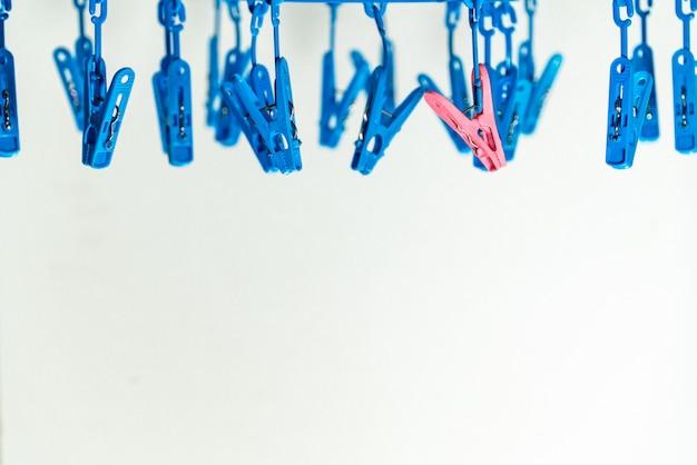 Prendedores de roupa de prendedor colorido nos cabides