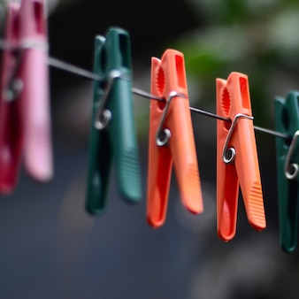 Prendedores de roupa em uma corda pendurada fora da casa e macieira