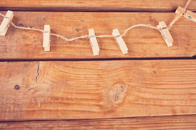 Prendedores de roupa na corda e pranchas de madeira vazias. copyspace vista do topo.