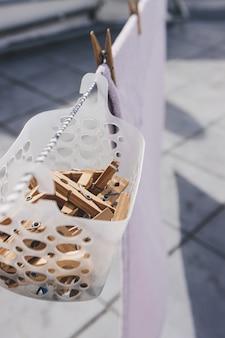 Prendedores de roupa pendurados em uma cesta.