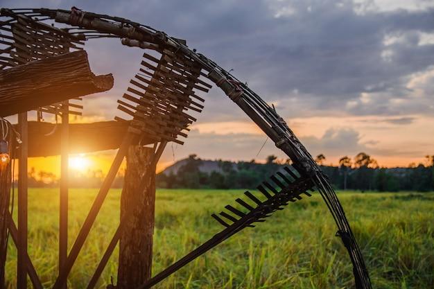 Prensa de turbina no tempo crepuscular na vista de campos de arroz.