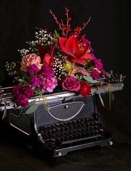 Prensa tipográfica antiga e flores brilhantes