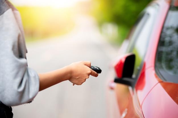 Prensas manuais femininas nos sistemas de alarme de carro com controle remoto