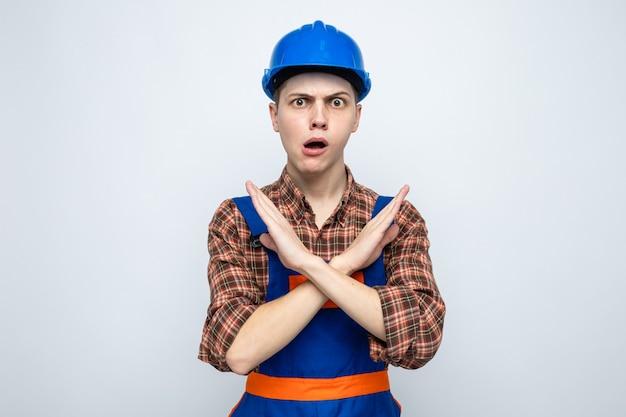 Preocupado, mostrando gesto de nenhum jovem construtor usando uniforme
