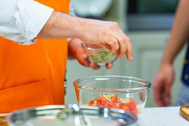 Preparação da cozinha: o chef prepara uma salada