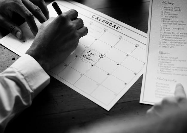 Preparação da informação da lista de verificação do planejador do casamento marcada no calendário