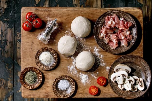 Preparação da massa e ingredientes para a pizzza