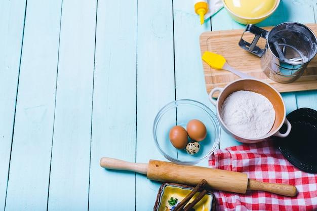 Preparação da massa. ingredientes para a massa - ovos e farinha com um rolo.