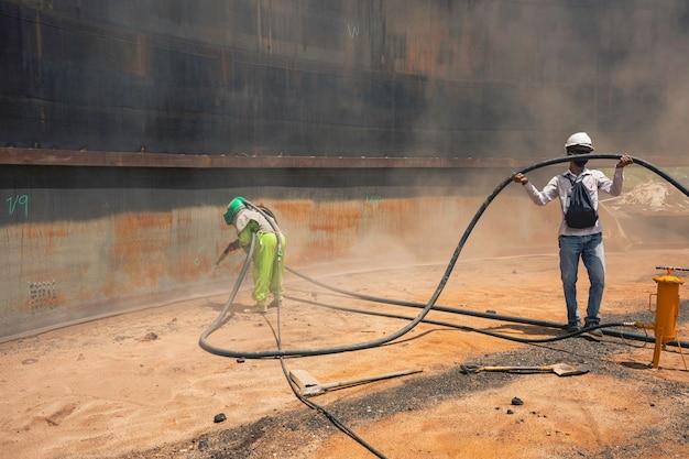 Preparação da placa de corrosão da superfície da trabalhadora por jato de areia do óleo interno do tanque