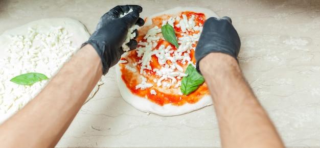 Preparação da tradicional pizza napolitana.