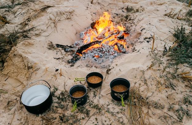 Preparação de alimentos em viagem de acampamento.