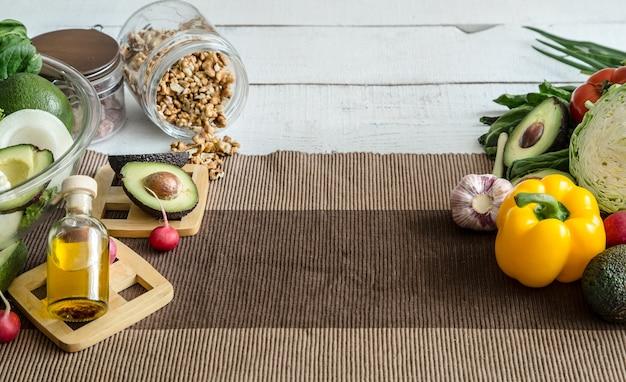 Preparação de alimentos saudáveis a partir de produtos orgânicos na mesa. o conceito de alimentação saudável e comida caseira.